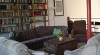 Relaxzone mit Bibliothek